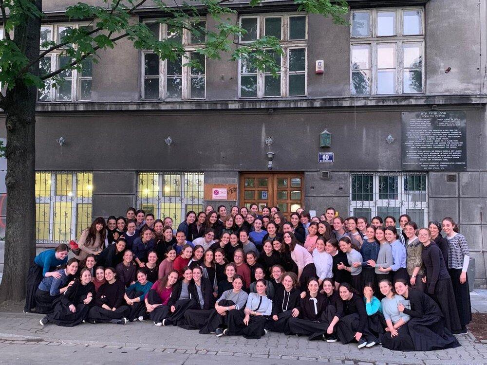 Wycieczka uczennic z jednej z setek szkół Bejs Jaakow odwiedza budynek, w którym mieściło się pierwsze seminarium Bejs Jaakow w Krakowie.
