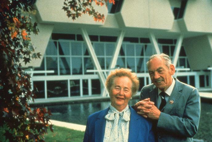 Gertrude B. Elion wraz z profesorem Georgem Hitchingsem przed budynkiem Burroughs Wellcome.  Via