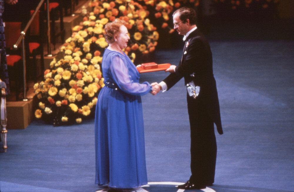 Gertrude B. Elion otrzymuje Nagrodę Nobla w dniu 10. grudnia 1988 r. z rąk króla Szwecji Karla XVI Gustawa za osiągnięcia w medycynie i farmakologii.