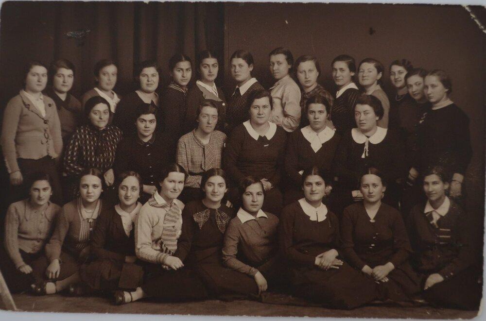 Zdjęcie absolwentek seminarium nauczycielskiego Bejs Jaakow w Krakowie