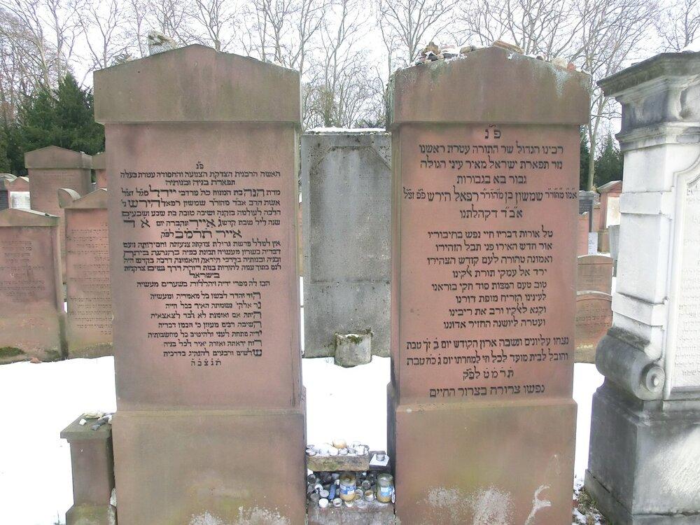 Groby rabina Samsona Raphaela Hirscha oraz jego żony na cmentarzu żydowskim we Frankfurcie nad Menem.