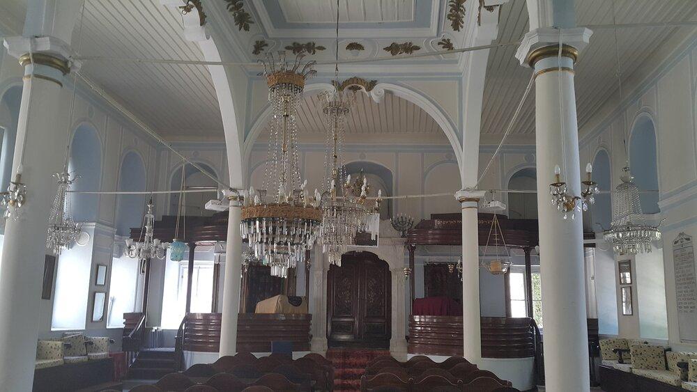 """Wnętrze synagogi """"Signora Giveret"""" w Izmirze, w Turcji, ufundowanej przez Gracię Nasi. (By Bacayo - Own work,  CC BY-SA 4.0 )"""