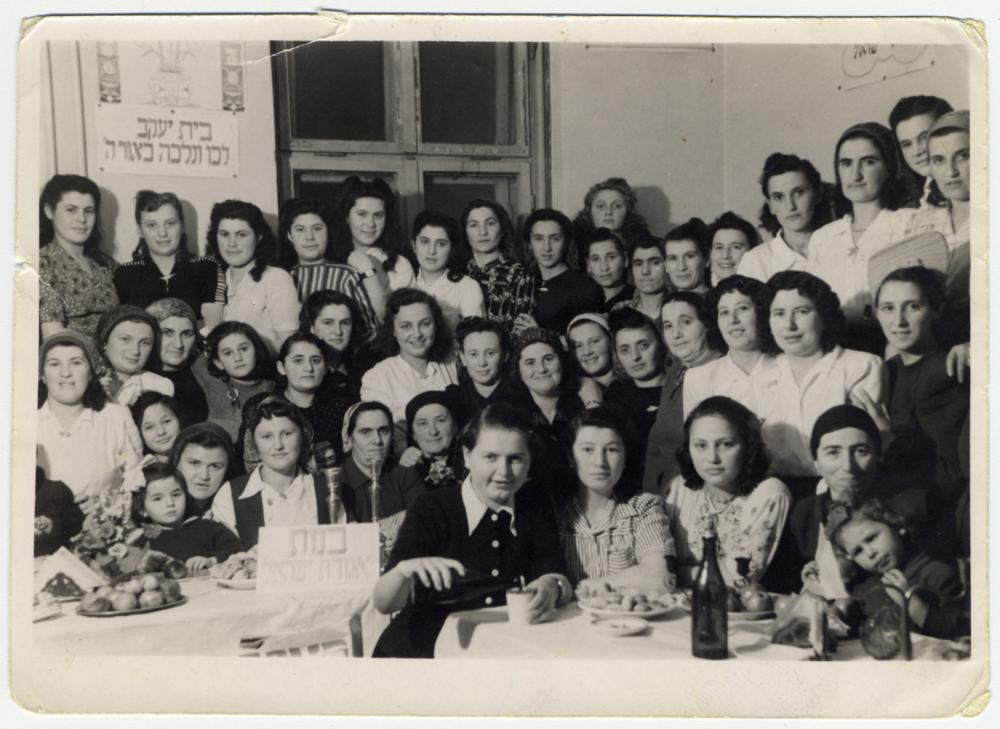 Kobiety z Bejs Jaakow podczas uroczystości w obozie dla przesiedlonych w Austrii