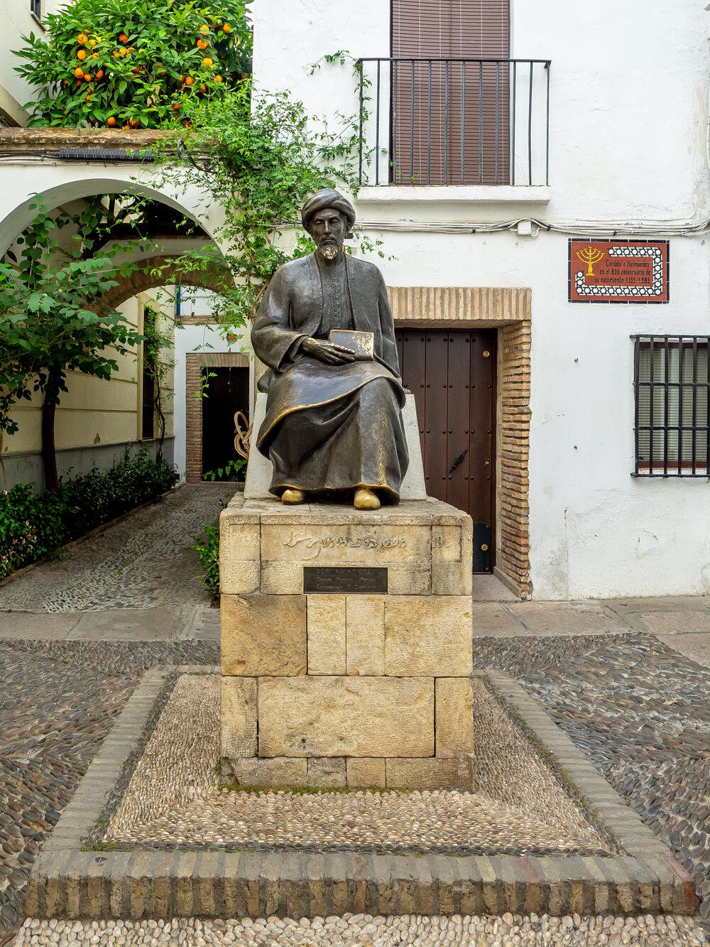 Pomnik Majmonidesa w Kordobie, w Hiszpanii.  CC